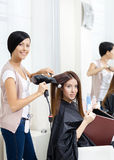 De kapper doet haarstijl van vrouw in herenkapper Royalty-vrije Stock Afbeeldingen