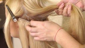 De kapper doet hairdress met vals haar Cu stock video