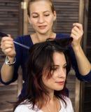 De kapper doet kapsel voor luxueuze vrouw kapsel in de vorm van grote krul Het kapsel van het conceptenhuwelijk stock fotografie