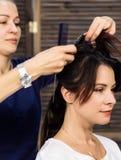 De kapper doet kapsel voor luxueuze vrouw kapsel in de vorm van grote krul Het kapsel van het conceptenhuwelijk stock foto's