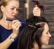 De kapper doet kapsel voor luxueuze vrouw kapsel in de vorm van grote krul Het kapsel van het conceptenhuwelijk royalty-vrije stock afbeeldingen