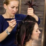 De kapper doet kapsel voor luxueuze vrouw kapsel in de vorm van grote krul Het kapsel van het conceptenhuwelijk stock foto