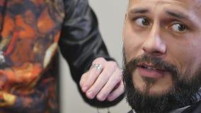 De kapper kamt baard dichte omhooggaand stock footage