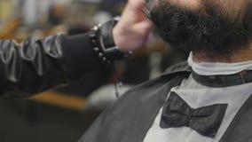 De kapper kamt baard dichte omhooggaand stock video