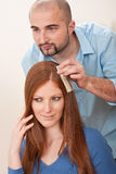 De kapper kiest de kleur van de haarkleurstof bij salon royalty-vrije stock afbeeldingen