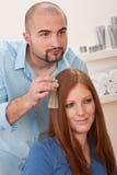 De kapper kiest de kleur van de haarkleurstof bij salon stock afbeeldingen
