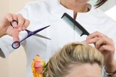 De kapper maakt een hoofddeksel royalty-vrije stock foto