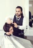 De kapper maakt kapsel stock afbeeldingen