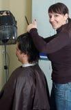 De kapper maakt tot klemmen aan de mensen royalty-vrije stock fotografie