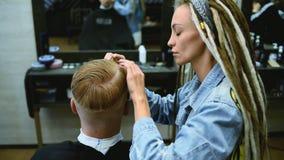 De kapper snijdt een gebaarde mens met schaar in de salon stock videobeelden