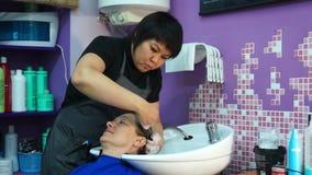 De Kapper wast het haar met stock videobeelden