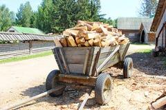 De kar laadde gezaagd hout Stock Foto