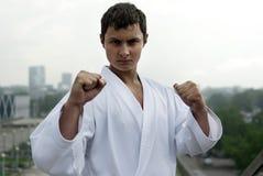 De karate stelt tegen de stad Royalty-vrije Stock Foto's
