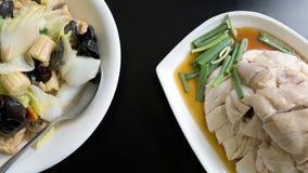De karbonade van de Hainanesekip en gemengde die groente op witte plaat over zwarte lijstachtergrond wordt be*wegen-gebraden stock fotografie