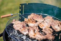 De Karbonade van het varkensvleesvlees op de Barbecue Gril wordt gekookt die Royalty-vrije Stock Afbeeldingen