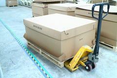 De kargebruik van de handlift van het opheffen van dozen Royalty-vrije Stock Fotografie
