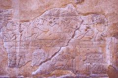De Karnaktempel, de ruïnes van de tempel, maakte hiërogliefen op de muur in reliëf stock foto's