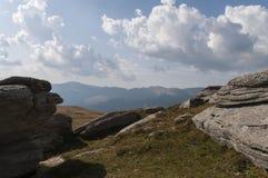 De Karpatische berg gluurt met wolken Stock Afbeelding