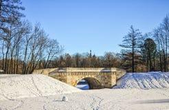 De Karpin brug in het Paleispark van Gatchina-Paleis Stock Fotografie