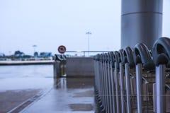De karrenopstelling van de luchthavenbagage Stock Afbeelding