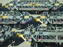 De karretjes van de de bagagelading van de luchthaven Stock Afbeeldingen