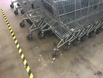 De karretjes van het supermarktmetaal stock afbeelding