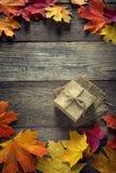 De kartondoos bond met koord op een boog op een houten achtergrond i Stock Foto