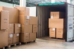De kartons met lading uit container stock foto