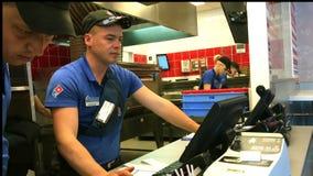 De kassier in de pizzeria dient een koper die in contant geld betaalt stock footage