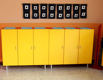 De kasten van kinderen in de kleedkamer van het kinderdagverblijf Royalty-vrije Stock Fotografie