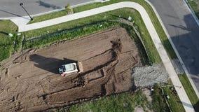 De kat die van het bouwloodje de hommelmening hierboven doen van de plaatsbesnoeiing 60 meters stock videobeelden