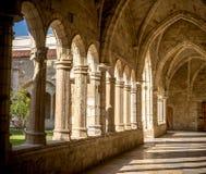 De Kathedraal, de gang, de kolommen en de bogen van Santander van het klooster stock foto's