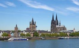 De kathedraal in Duitsland met de dijk royalty-vrije stock foto's