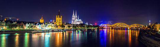 De Kathedraal en de brug het panorama van de nachtscène van Keulen Royalty-vrije Stock Foto