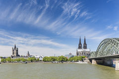 De Kathedraal en Grote St Martin Church, Duitsland van Keulen Stock Foto's