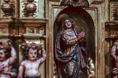 De kathedraal Houten Heilige detailleerde Beeldhouwwerk stock foto's