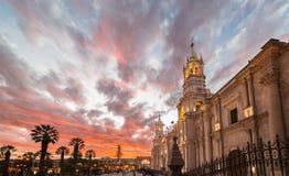 De Kathedraal van Arequipa, Peru, bij schemer stock foto