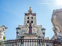 De kathedraal van Avignon naast Pauselijk paleis stock foto's