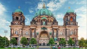 De kathedraal van Berlijn - Berliner dom, Tijdtijdspanne bij dag stock videobeelden