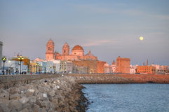 De kathedraal van Cadiz bij zonsondergang Royalty-vrije Stock Foto