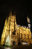 De Kathedraal van Canterbury bij Nacht met Kerstboom en Geboorte van Christusscène Royalty-vrije Stock Foto's