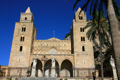 De kathedraal van Cefalu op de zomerhemel; Sicilië Stock Foto's