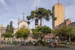De Kathedraal van Dante Alighieri Square en van Santa Teresa D ` Avila - Caxias do Sul, Rio Grande doet Sul, Brazilië Royalty-vrije Stock Afbeelding
