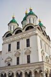 De Kathedraal van de veronderstelling Het Kremlin in Astrakan, Rusland Kleurenfoto Stock Foto's
