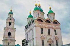 De Kathedraal van de veronderstelling Het Kremlin in Astrakan, Rusland Kleurenfoto Stock Fotografie