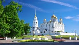 De kathedraal van de veronderstelling in Vladimir in de zomer, Rusland Stock Fotografie