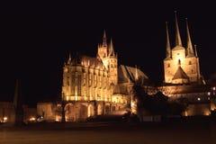 De kathedraal van Erfurt en severikerk bij nacht stock foto