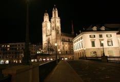 De Kathedraal van Grossmunster bij de nacht Stock Foto's