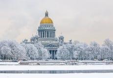 De Kathedraal van heilige Isaac in de winter, Heilige Petersburg, Rusland royalty-vrije stock foto's