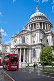 De Kathedraal van heilige Pauls en een route HoofdBus Stock Foto's